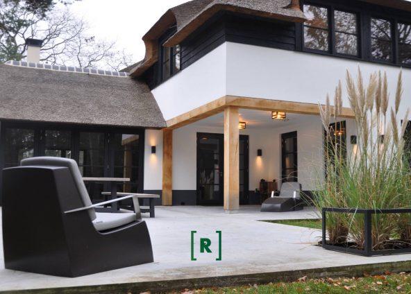 Betonterras betonvloer buiten binnen plaatframe adezz_groenr_tuinarchitect simpele tuin bostuin_sierplanten_gazon_grasveld makkelijk onderhoud